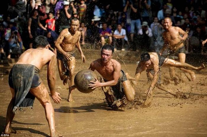 Tự hào lễ hội vật cầu bùn ở Bắc Giang lên báo Mỹ